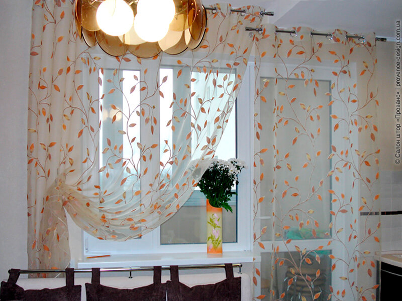 Две занавески на разном уровне на кухню с балконом фото