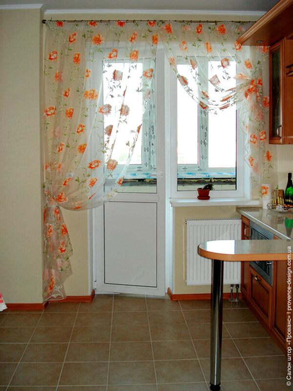 Занавеска с разрезом на кухню с балконной дверью фото