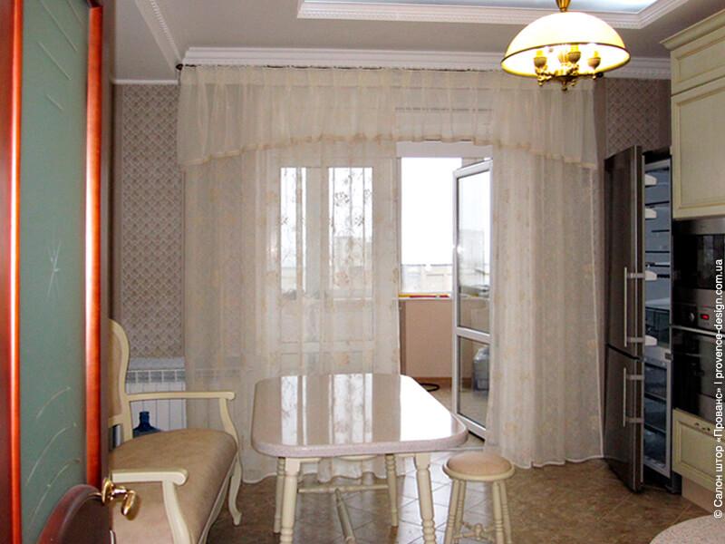 Тюль с ламбрекеном и кружевом для кухни с балконом фото