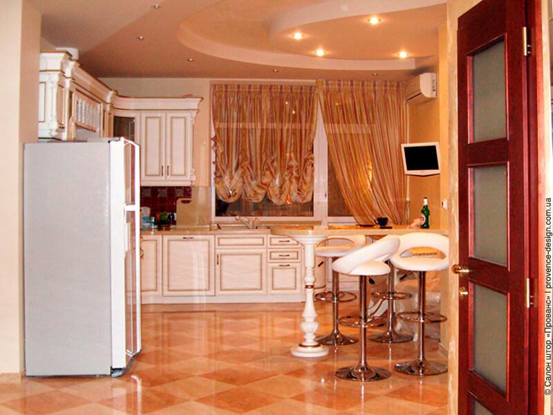 Австрийская штора и тюль для кухни с балконной дверью фото