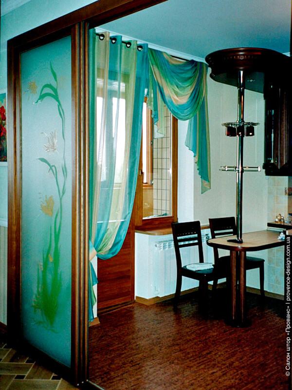 Тюль на люверсах и ламбрекен для кухни с балконом фото