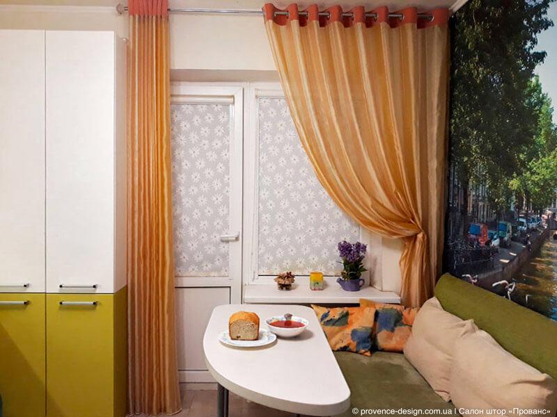 Рулонные шторы на кухню с балконной дверью фото