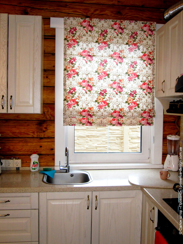 Римская штора для кухни из плотной ткани в цветок фото