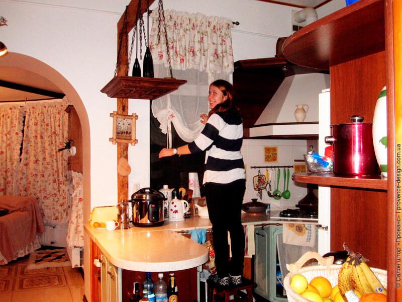 Подъемная штора с ламбрекеном на кухню фото