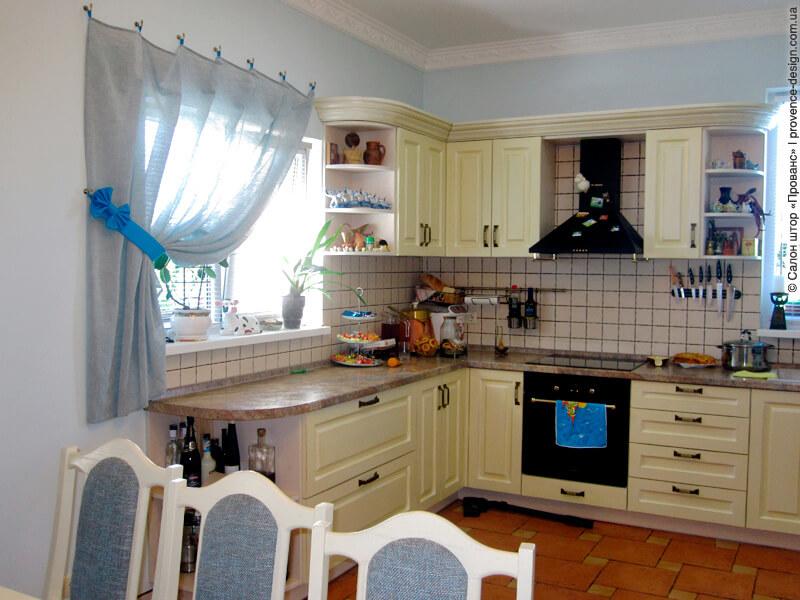 Короткая серая штора на кухню из тонкого льна фото