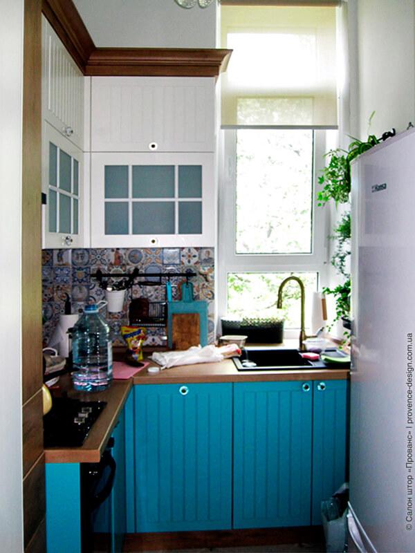 Серые рулонные шторы для маленькой кухни фото