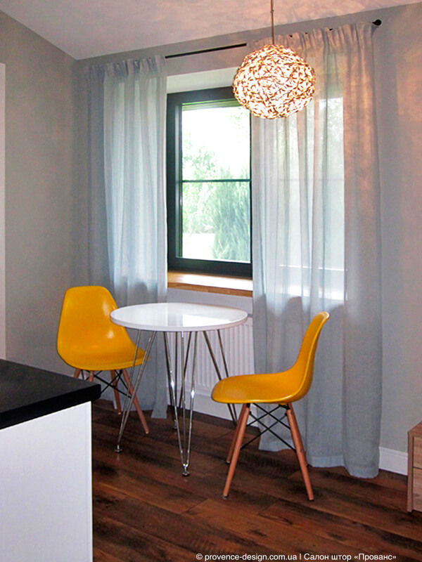 Длинные шторы на маленькую кухню в тон стены фото
