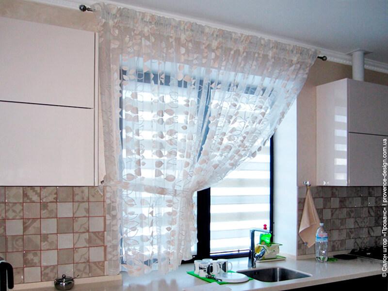 Короткий тюль для маленькой кухни в пастельных тонах фото