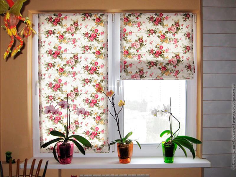 Римские шторы на створках окна маленькой кухни фото