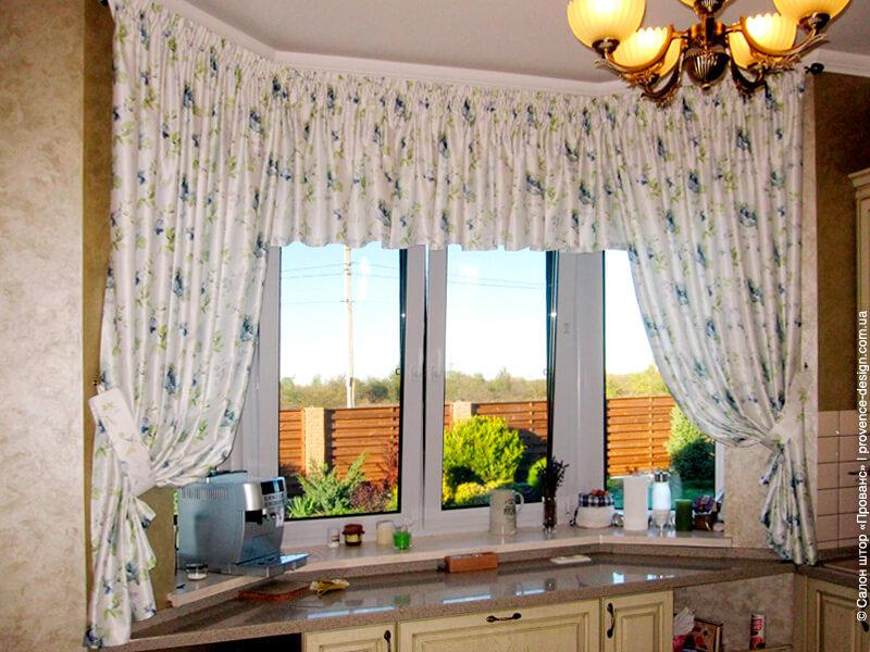 Короткие шторы с синими цветами на маленькую кухню фото