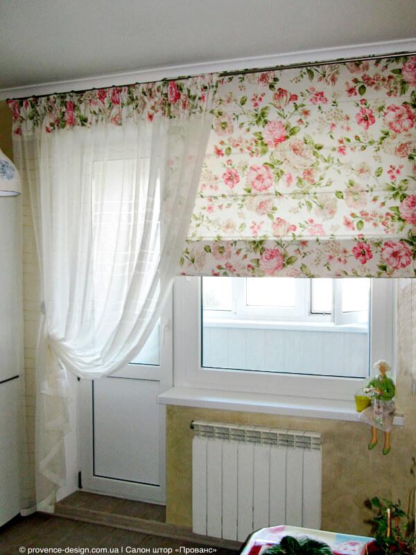 Короткая римская штора и тюль до пола на маленькой кухне фото