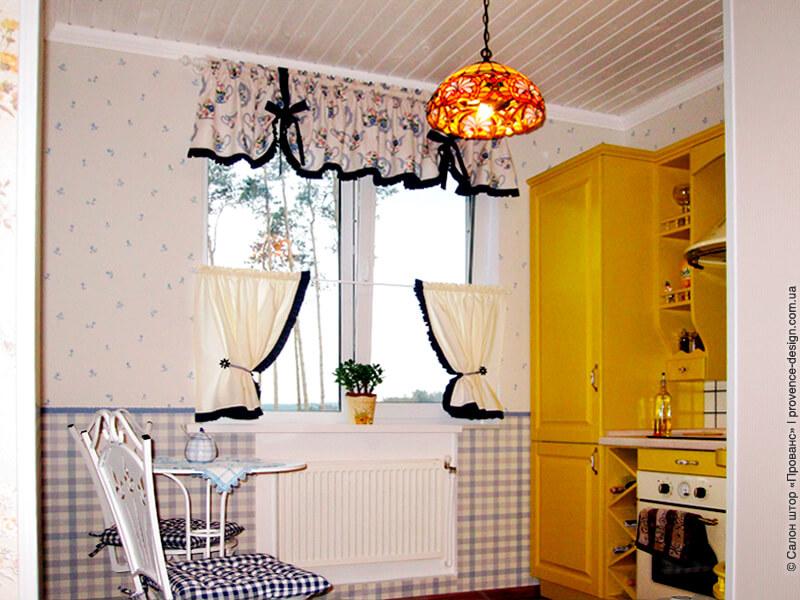 Шторы-кафе и ламбрекен для маленькой кухни фото