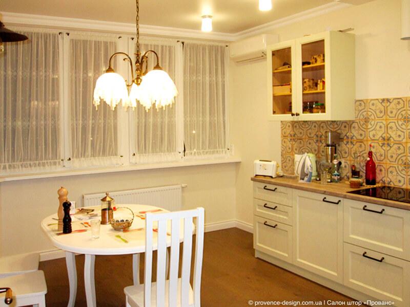 Фиранки на створки окна маленькой кухни фото
