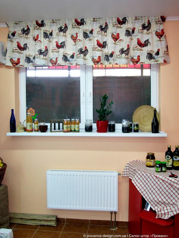 Ламбрекен с петухами для маленькой кухни фото