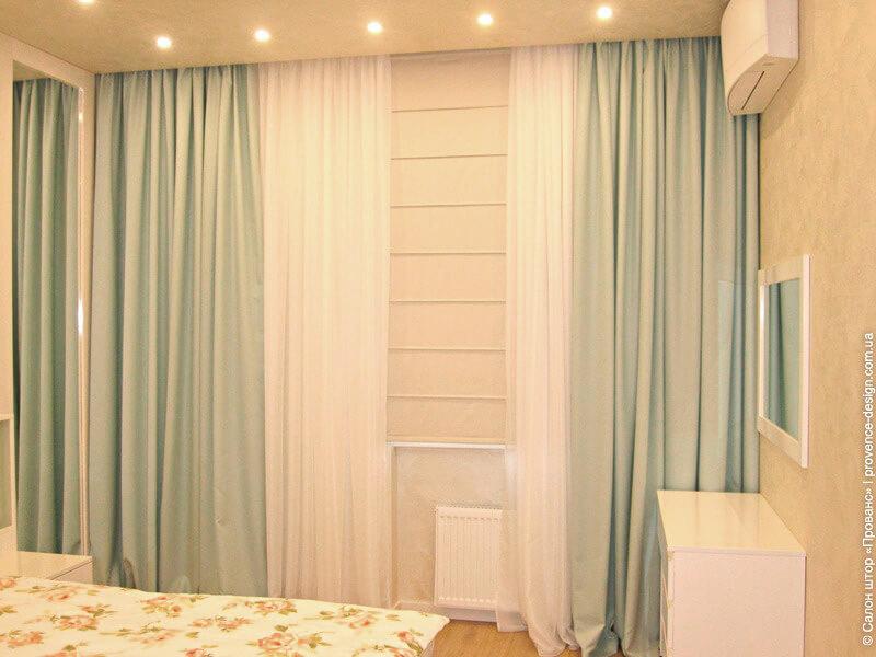 Бирюзовые портьеры и светлые римские шторы в современном стиле фото