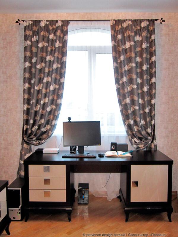 Коричневые шторы с вышивкой в современном стиле фото