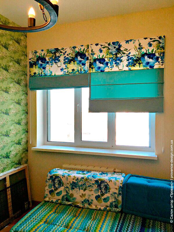 Римские шторы с вставками из ткани с цветами в современном стиле фото
