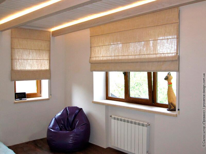 Римская штора из бежевого льна в современном стиле фото