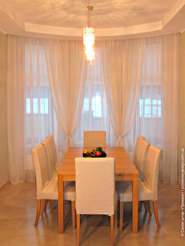 Декор окна из легкой ткани для столовой в современном стиле фото