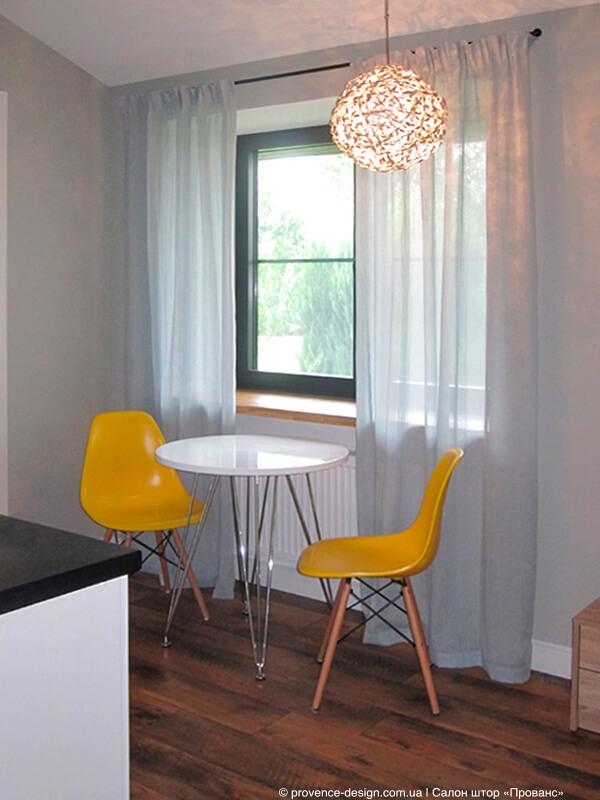 Легкие полупрозрачные шторы на кухню в современном стиле фото