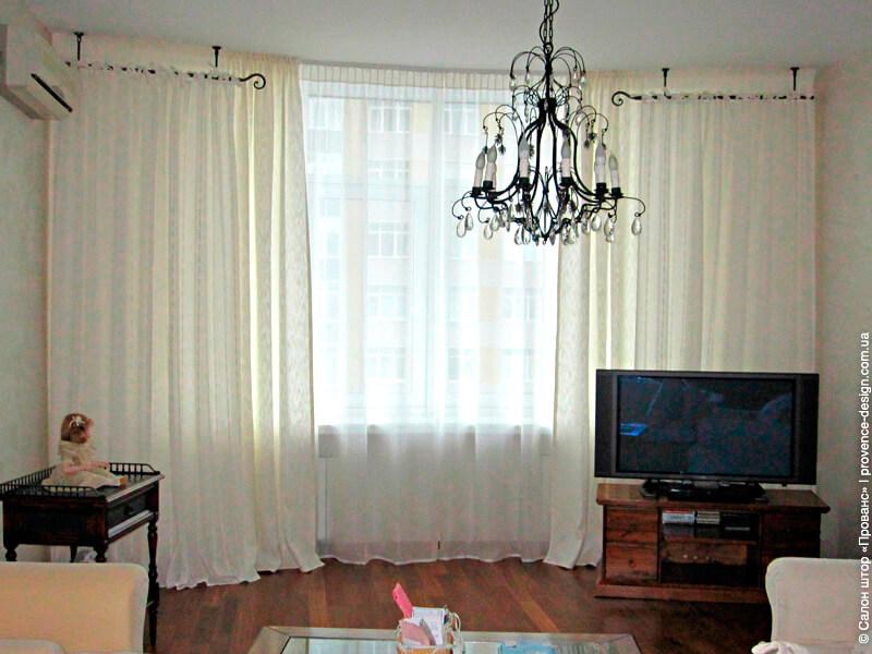 Светлые многослойные шторы для гостиной в современном стиле фото