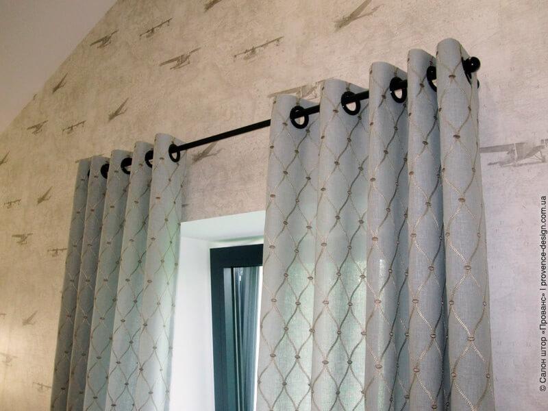 Верх шторы на чёрных люверсах фото