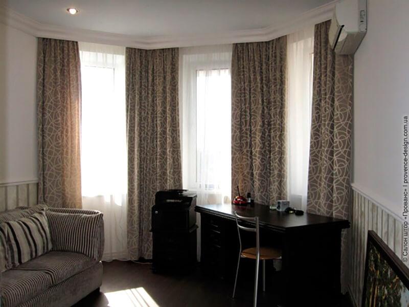 Коричневые шторы для кабинета с эркером в современном стиле фото
