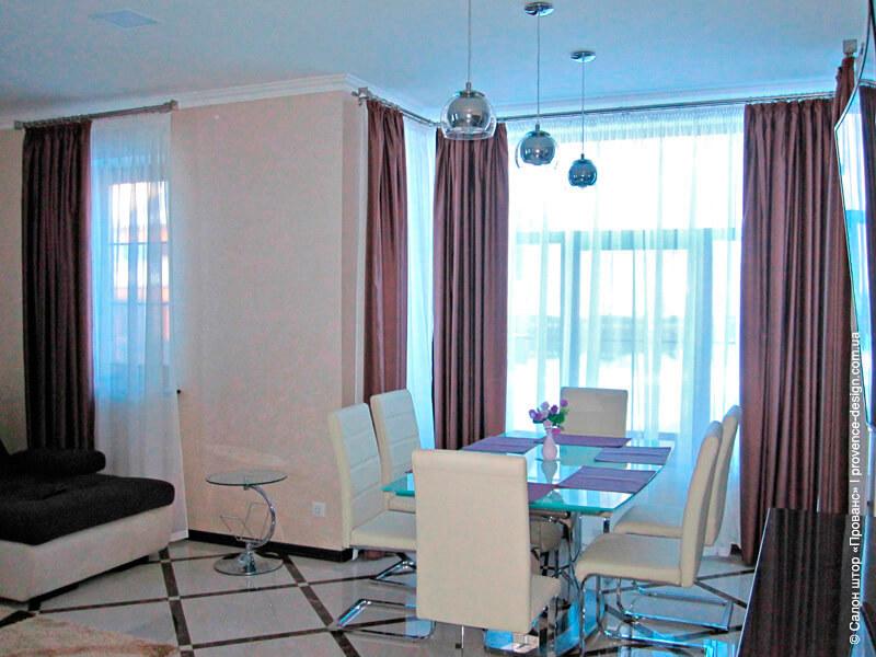 Однотонные шторы для гостиной-столовой в современном стиле фото