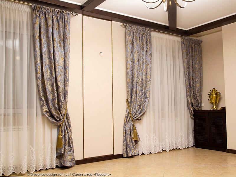 Синие шторы с золотыми вензелями фото