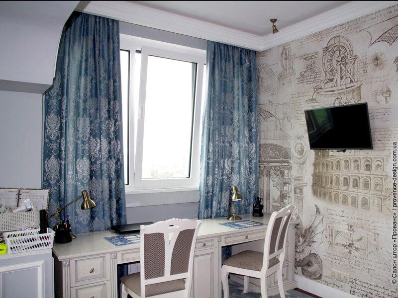 Синие классические шторы с вензелем фото