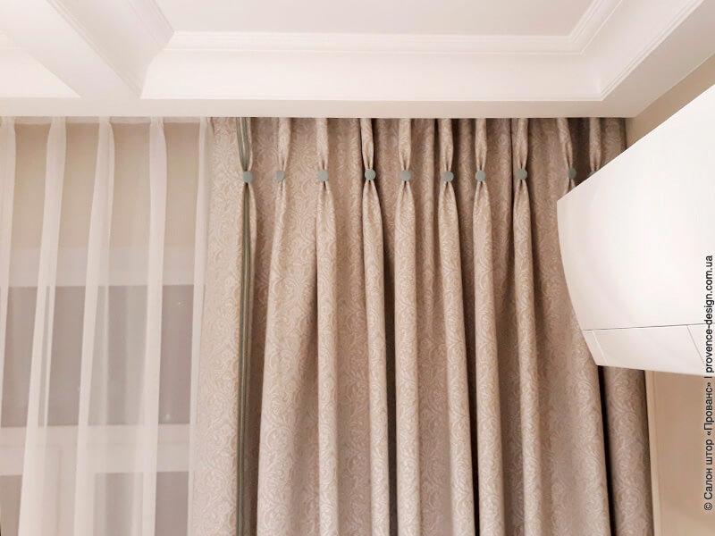 Складки стаканчики на классических шторах фото