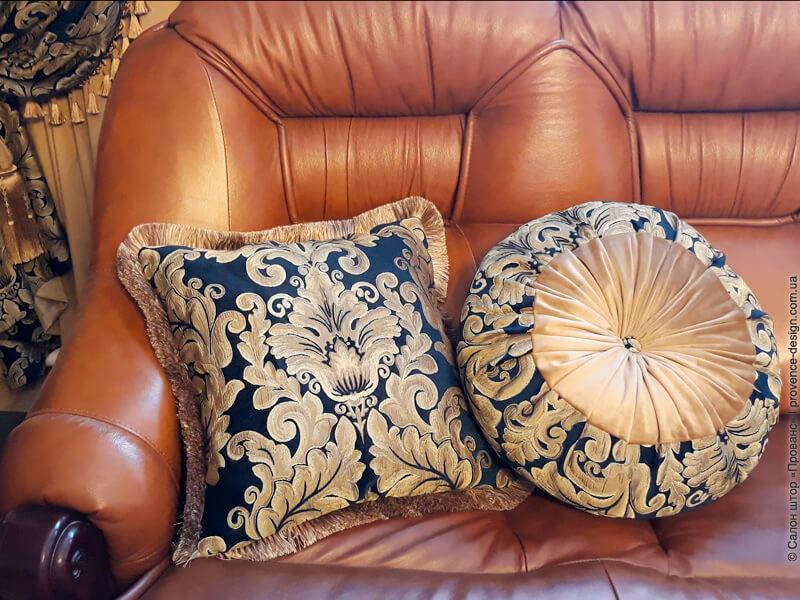 Ткань для штор в классическом стиле синего цвета с золотыми вензелями фото
