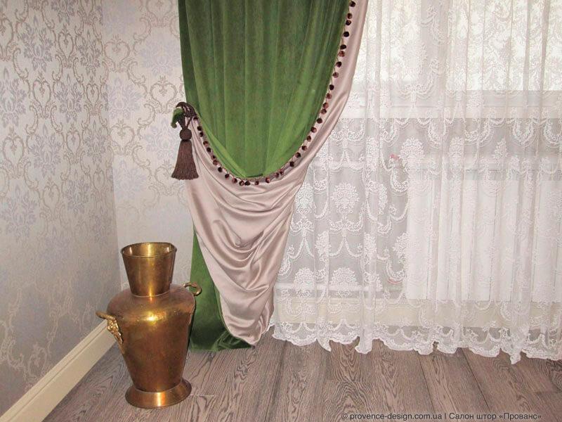 Зеленые бархатные шторы с бахромой и подкладкой фото